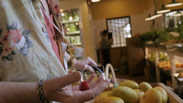 älterer mann mit nasalen sauerstoff röhren für obst in einem kleinen markt einkaufen - sauerstoff stock-videos und b-roll-filmmaterial