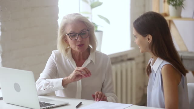 vidéos et rushes de le mentor âgé et l'avocat inexpérimenté travaillant ensemble constituent des détails de contrat - notaire