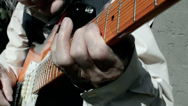 Tocar guitarra músico idosos. - vídeo