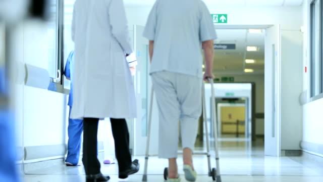 Paciente de edad avanzada agitado centro de atención médica - vídeo