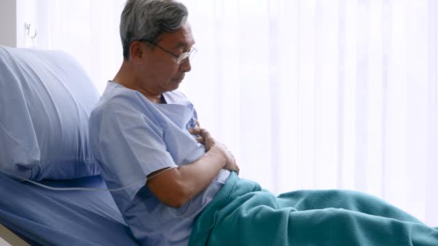 vídeos de stock e filmes b-roll de elderly patient having having heart attack on hospital bed - artéria coronária