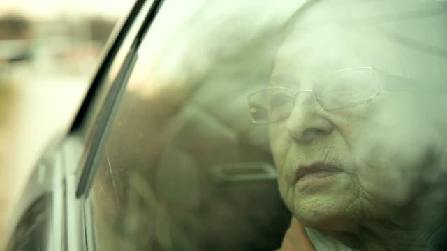 vídeos de stock e filmes b-roll de elderly woman enjoying the view - car view