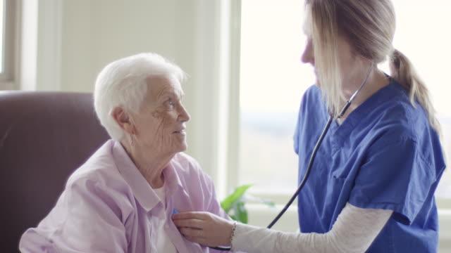 高齢者ケア女性、ホームヘルスケア環境 ビデオ