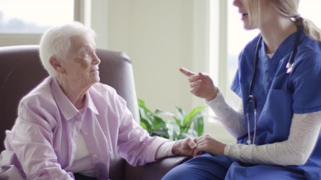 vídeos de stock, filmes e b-roll de idosos cuidados de mulher ficando em um ambiente de casa saúde - assistência à terceira idade