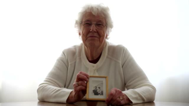 vídeos y material grabado en eventos de stock de foto de mujer agarrando antiguo de edad avanzada - memorial day