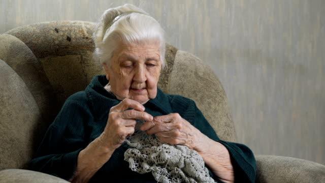 老婦人編織鉤針。 - 自製的 個影片檔及 b 捲影像