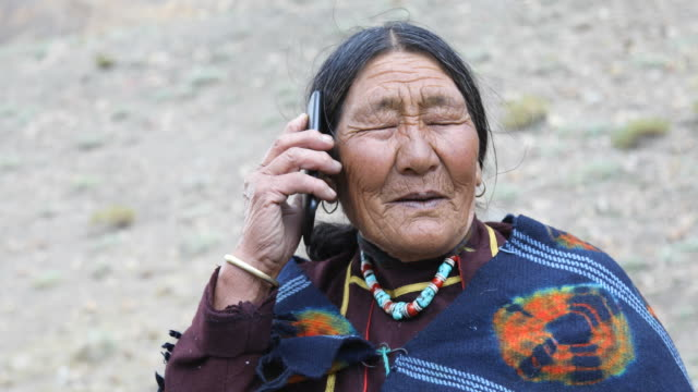 stockvideo's en b-roll-footage met bejaarde vrouw praten op mobiele telefoon - oost aziatische cultuur