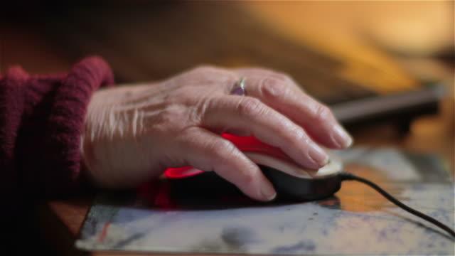 ältere frau mit einem computer-maus - mouse pad stock-videos und b-roll-filmmaterial