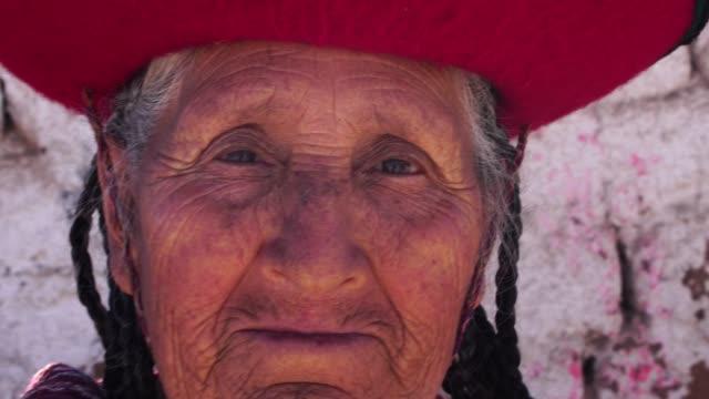 stockvideo's en b-roll-footage met oudere vrouw met traditionele hoed in chinchero, peru - latijns amerikaanse en hispanic etniciteiten