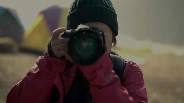 ältere frauen foto und camping - fotografieren stock-videos und b-roll-filmmaterial