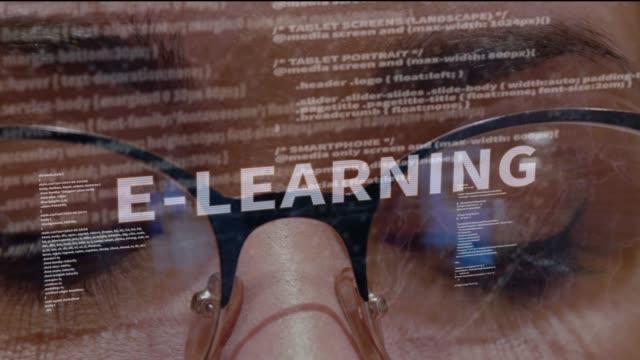vidéos et rushes de e-learning texte sur fond de développeur - étudiant(e)
