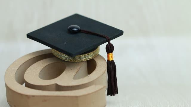 vidéos et rushes de e-learning, université de graduation en ligne, au logo de courrier d'affichage pour l'éducation sur la conception de bois. certificat de diplôme à l'étranger internationale collège d'études peuvent apprendre dans le monde entier par la technologie s - étudiant(e)