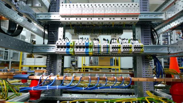 vídeos de stock, filmes e b-roll de cabos elétricos, fios ligados aos pinos. - fibra óptica