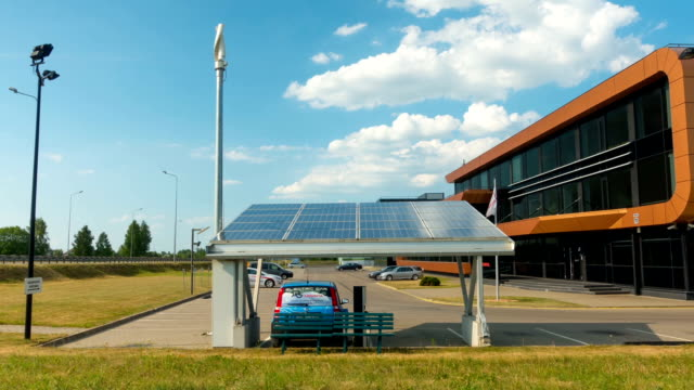 electric car charging from solar panels, zoom time-lapse, july 2, 2016 in vilnius, lithuania - carica elettricità video stock e b–roll