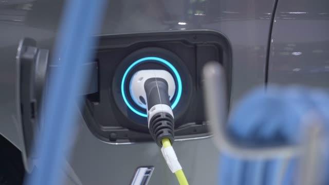 vídeos de stock e filmes b-roll de electric car charging fuel at power generation station - carregar