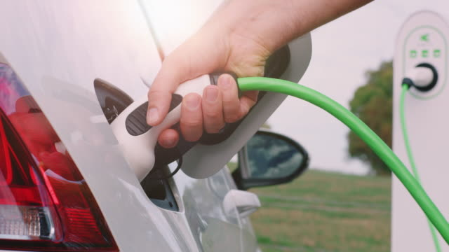 電気自動車の充電 - environmentalism点の映像素材/bロール