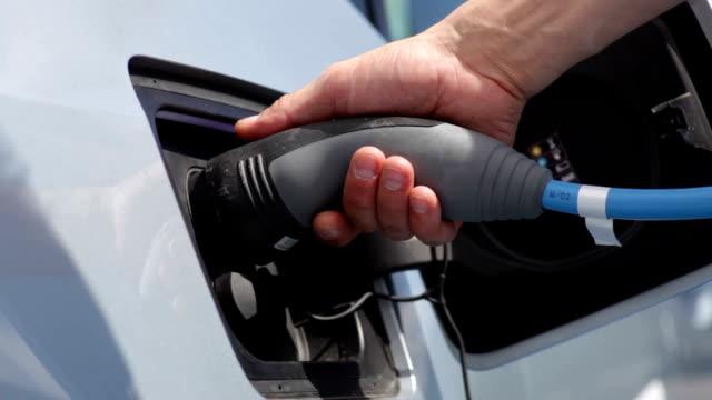 ricarica per auto elettriche - carica elettricità video stock e b–roll