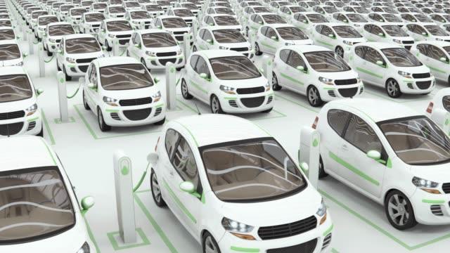 le auto elettriche parcheggiano e caricano il concetto di e-motion. - carica elettricità video stock e b–roll