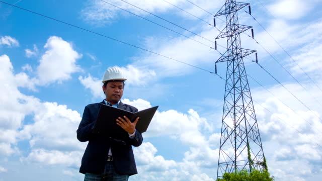 Ingénieur manager faire une inspection électrique - Vidéo
