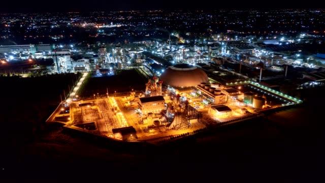 stockvideo's en b-roll-footage met electric power plant substation verlichting, export-georiënteerde productie papier verpakking en golfkartonnen industrie 's nachts - chemische fabriek