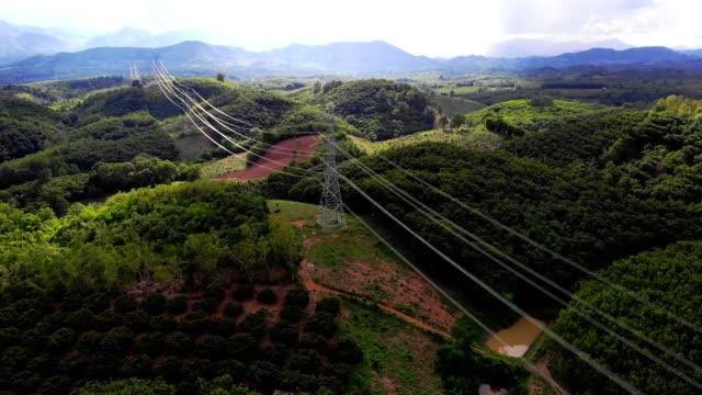 centrale elettrica in campo nella foresta di alta montagna - cavo d'acciaio video stock e b–roll