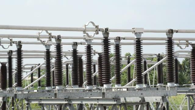 potenza elettrica substation, ad alta tensione supporta, conduttori e isolatori - sottostazione elettrica video stock e b–roll