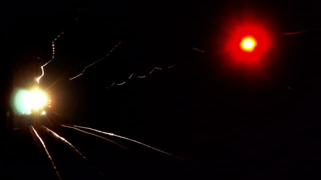 pociąg elektryczny i dworzec kolejowy w nocy - intercity filmów i materiałów b-roll