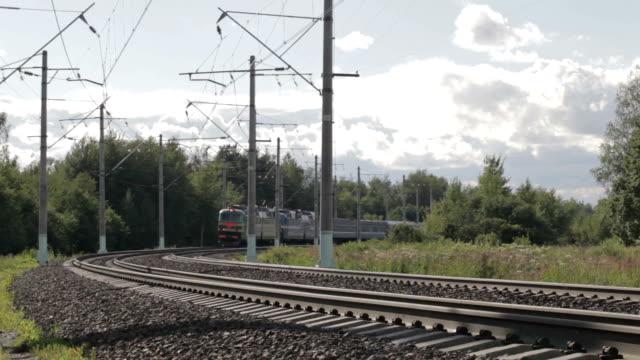 pociąg elektryczny w przeglądarce. - wagon kolejowy filmów i materiałów b-roll
