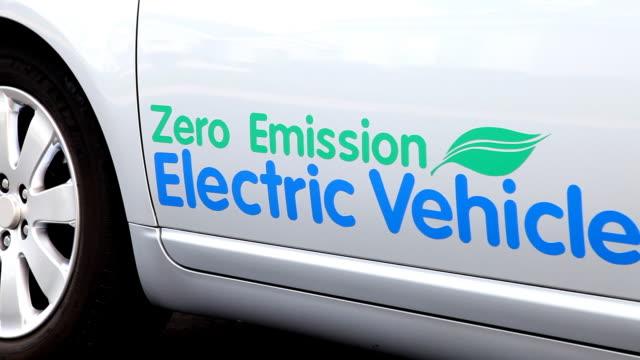 電気自動車運転 - 電気自動車点の映像素材/bロール
