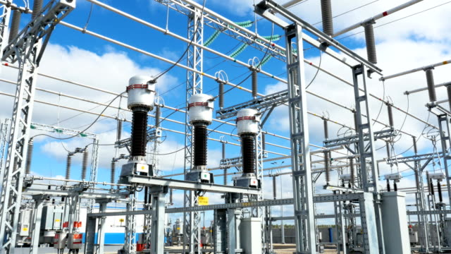 apparecchiature di distribuzione elettrica alla sottostazione - sottostazione elettrica video stock e b–roll