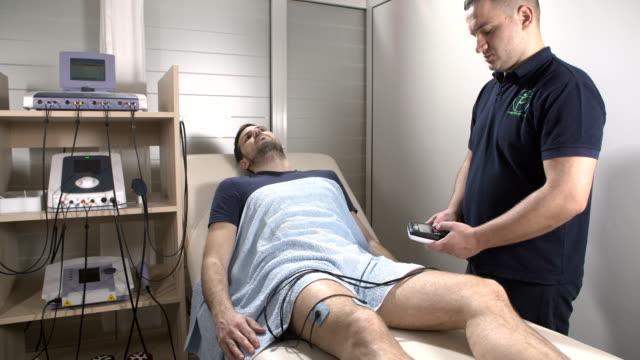 vídeos de stock e filmes b-roll de electrical muscle stimulation therapy - terapia alternativa