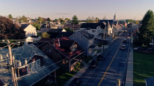 electrical power lines and cables in pennsylvanian town bath at sunset. appalachian mountains, pennsylvania, usa. aerial drone video with the forward camera motion. - struttura pubblica video stock e b–roll