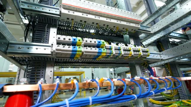 電気変電所です。電気ラック ケーブル、ワイヤと接続します。 - エレクトロニクス産業点の映像素材/bロール