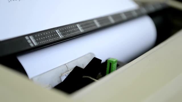 electrical macchina da scrivere macchina in uso - leva video stock e b–roll