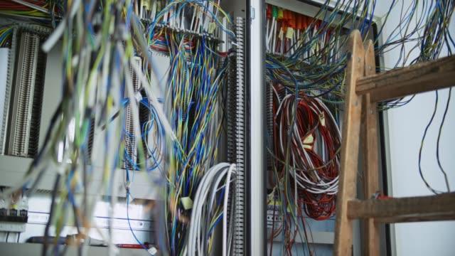 ac 인클로저에 설치 되는 과정에서의 전선 및 케이블 - 초점 이동 스톡 비디오 및 b-롤 화면
