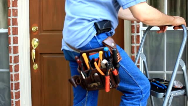 elettricista al lavoro - pinze attrezzo manuale video stock e b–roll