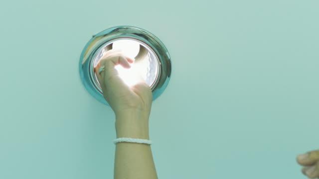 elektriker wechselnden lampe - led leuchtmittel stock-videos und b-roll-filmmaterial