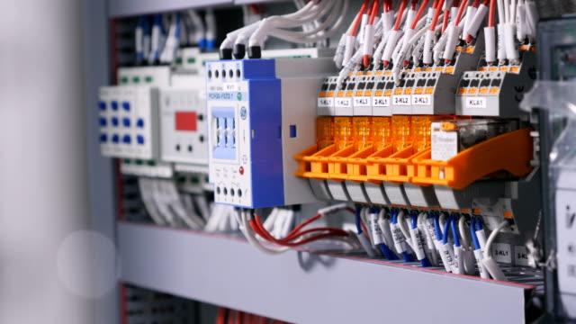 電気配線の接続します。家の電気は動作します。 - 電気工点の映像素材/bロール