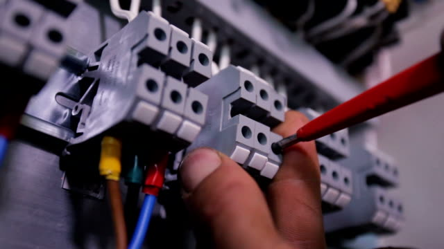 Electrician connects wires video
