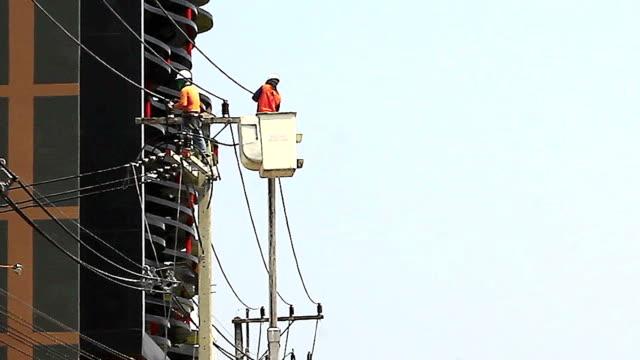 electrician in the basket - skylift bildbanksvideor och videomaterial från bakom kulisserna
