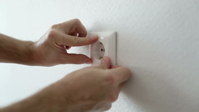 elektriker installieren neue steckdose - schraube stock-videos und b-roll-filmmaterial
