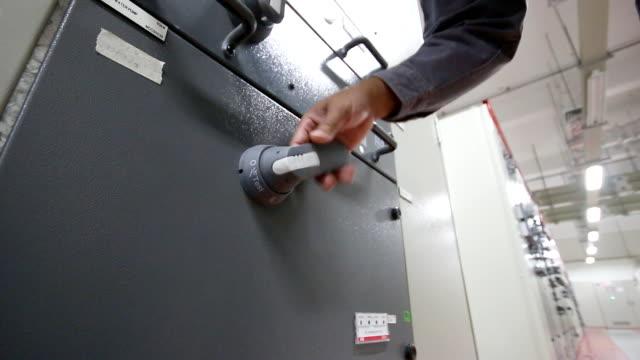 elektriker sperren sicherheit tag auf einem power-panel - etikett stock-videos und b-roll-filmmaterial