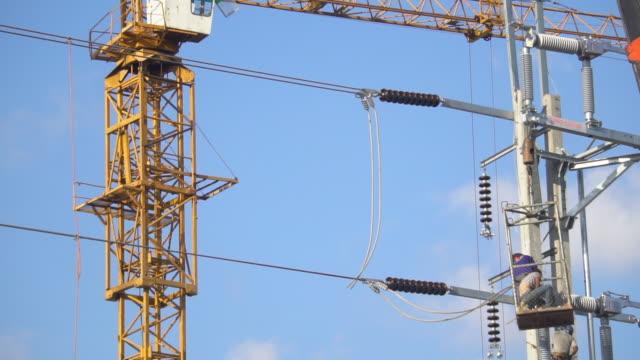 elektrikern ledningar nyligen på pole - skylift bildbanksvideor och videomaterial från bakom kulisserna