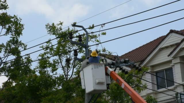 elektriker-reparaturen elektrische anlage auf strom säule oder strommast - eimer stock-videos und b-roll-filmmaterial