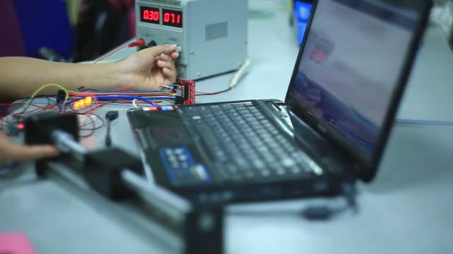 vídeos y material grabado en eventos de stock de electricista que trabaja en el equipo - placa madre