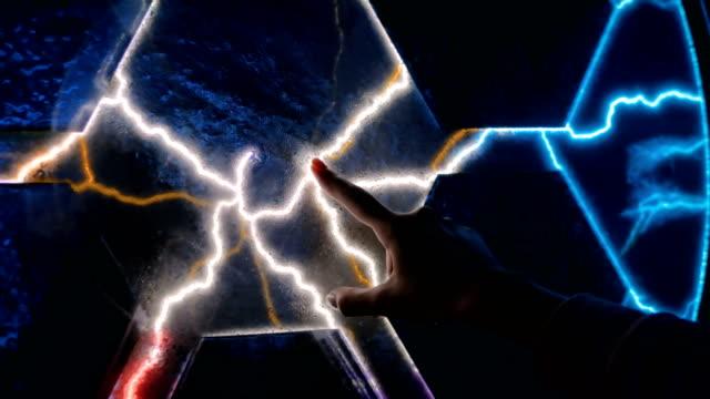 vídeos y material grabado en eventos de stock de concepto de electricidad, educación, ciencia, futurista y física - descarga eléctrica
