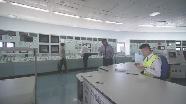 centrale nucleare elettrica e personale - reattore nucleare video stock e b–roll