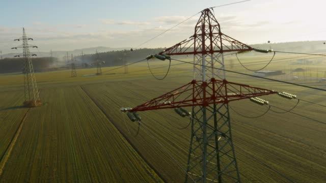 veduta aerea di elettricità in campagna tralicci - cavo dell'alta tensione video stock e b–roll