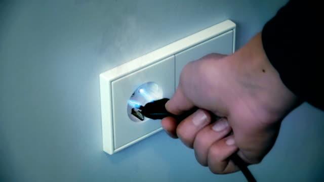 vídeos y material grabado en eventos de stock de choque de electricidad desde un enchufe de pared - descarga eléctrica