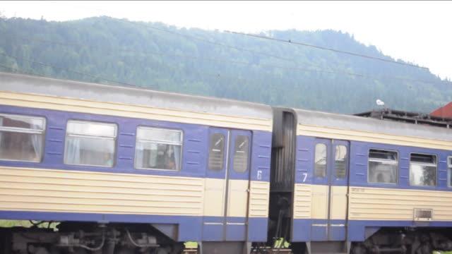 el tåget anländer till stationen i karpaterna - karpaterna tåg bildbanksvideor och videomaterial från bakom kulisserna